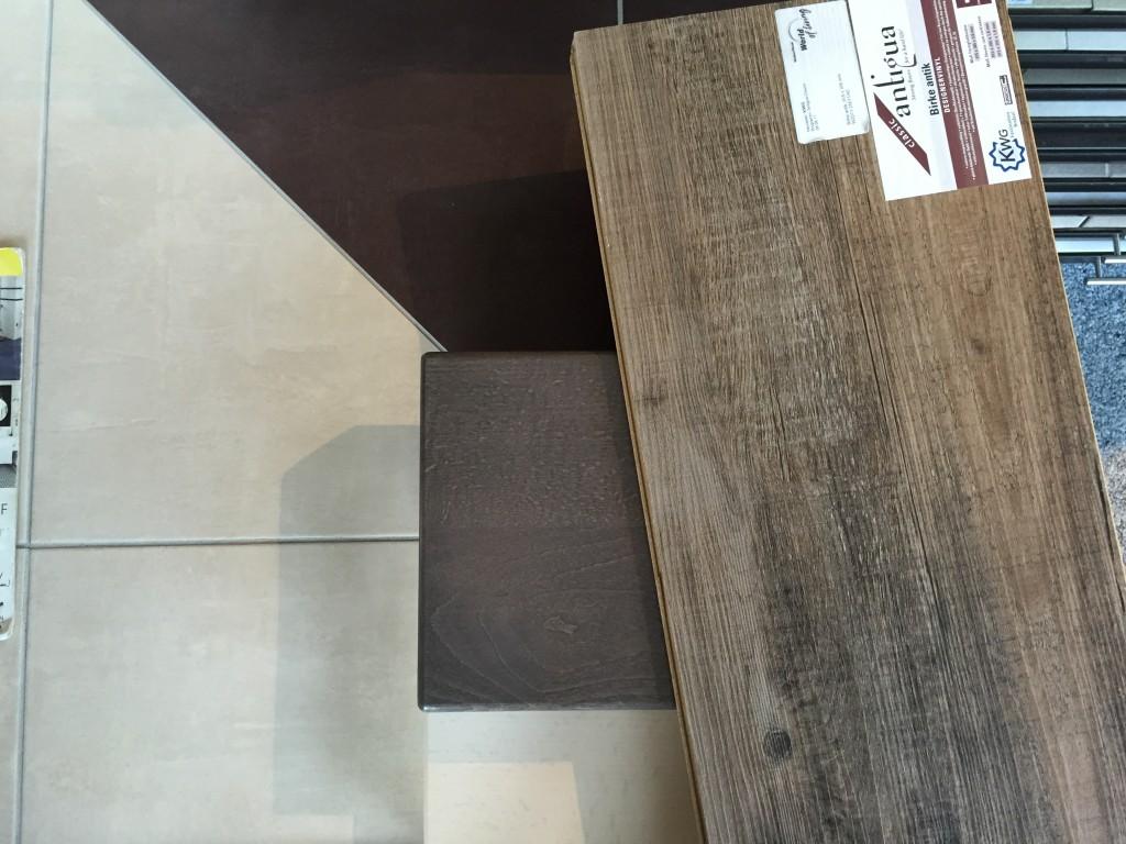 Fließenboden, Treppenholz und Vinylboden OG