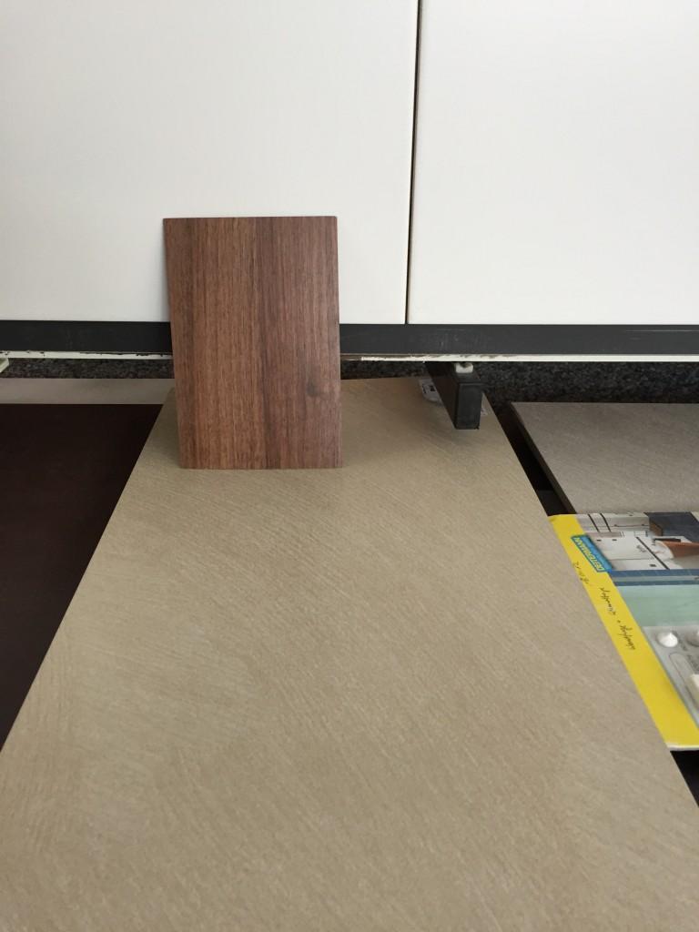 Badfließen Boden und Wand, Holz der Waschtischkonsole Detail