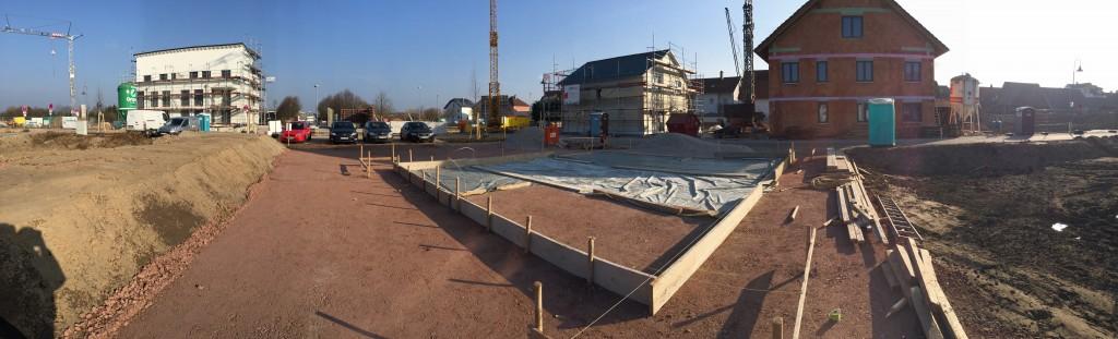 Bauplatz nach Auffüllen und mit Schnurrest für die Bodenplatte